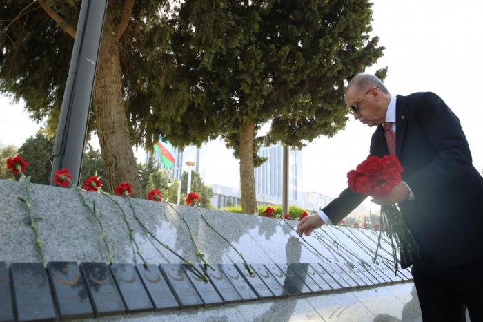 اردوغان يزور نصبا تذكاريا للاستشهاد التركي في باكو -   صور