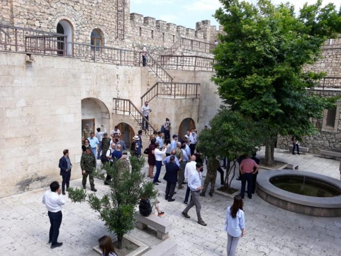 دبلوماسيون أجانب يزورون قلعة شاهبولاغ -   صور