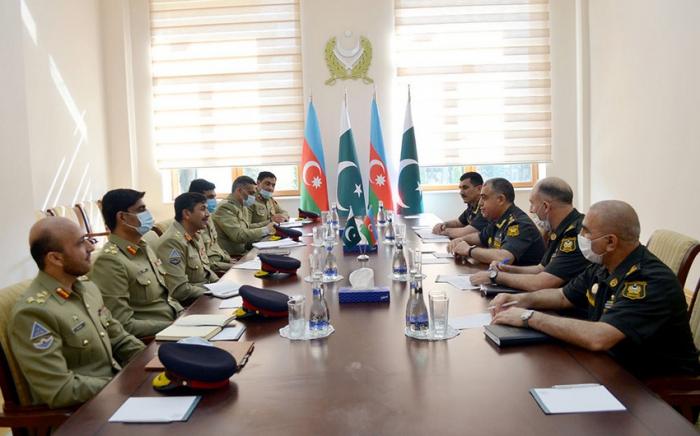 الجنود الأذربيجانيون والباكستانيون يناقشون التخطيط العملياتي