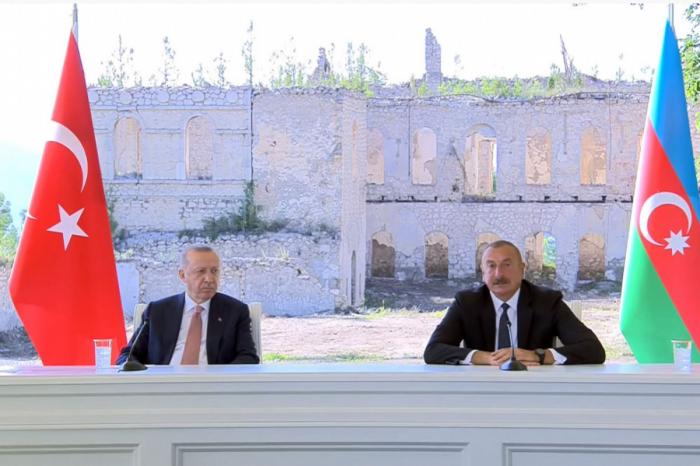 Les présidents azerbaïdjanais et turc ont visité la source « Khan qizi » à Choucha