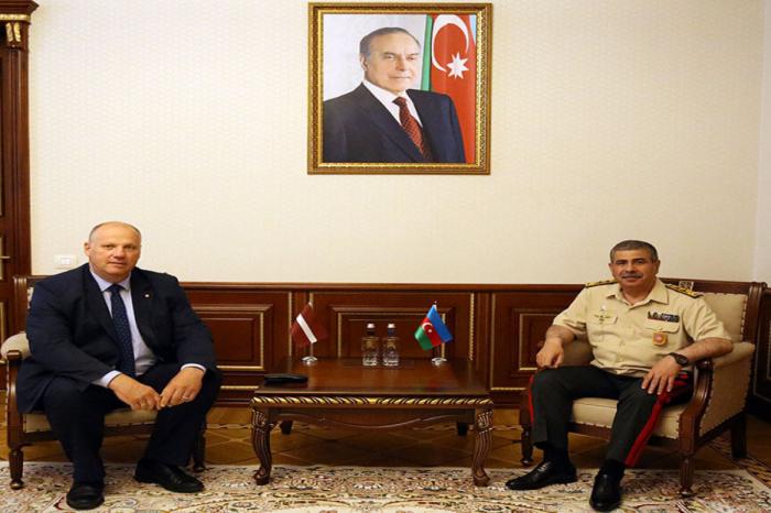 Le ministre azerbaïdjanais de la Défense rencontre un membre de la délégation lettone auprès de l