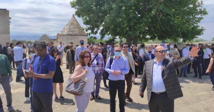 """دبلوماسيون أجانب زار مجمع """"عمارة"""" في أغدام الذي دمره الأرمن"""