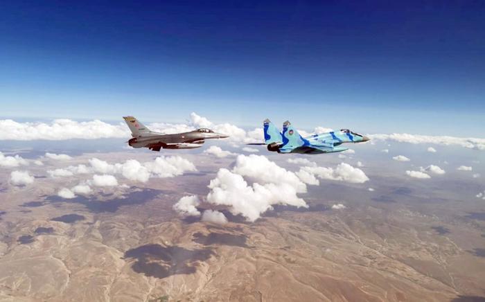 Hərbi pilotlarımız Türkiyə səmasında