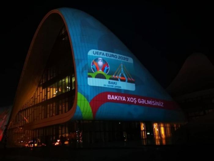 En la fachada del edificio del Centro Heydar Aliyev se proyectan imágenes relacionadas con la Eurocopa 2020