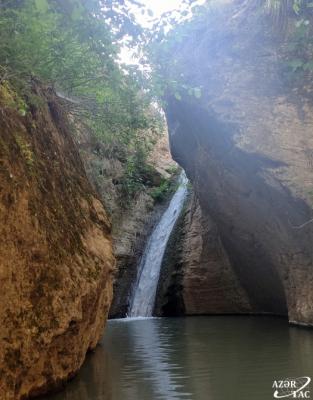 La pintoresca cascada de Sundu en Gobustán