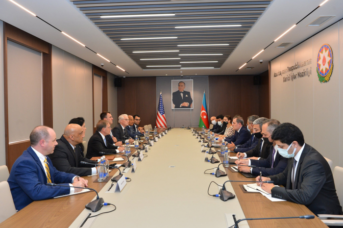 El canciller azerbaiyano se reúne con el gobernador del estado de Oklahoma en EE.UU.