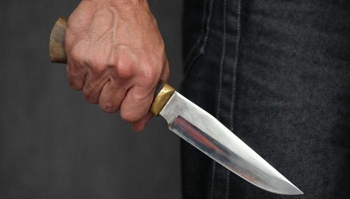 Ermənistanda məmuru bıçaqladılar