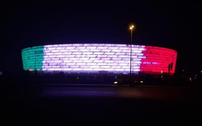 El Estadio Olímpico de Bakú se ilumnia con los colores de la bandera de Italia
