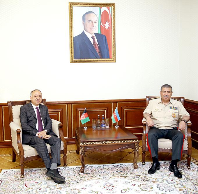 Aserbaidschanischer Verteidigungsminister trifft sich mit dem neu ernannten afghanischen Botschafter