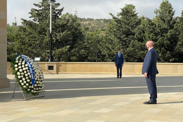 Charles Michel visita el Callejón de Mártires en Bakú -   FOTOS
