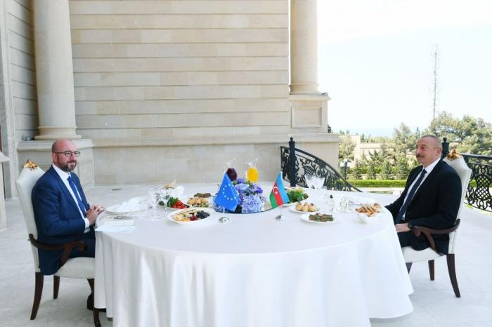 Präsident Aliyev und Charles Michel haben ein gemeinsames Arbeitsessen