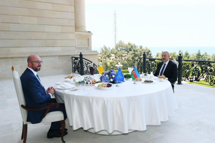 Ilham Aliyev y Charles Michel tienen un almuerzo de trabajo conjunto