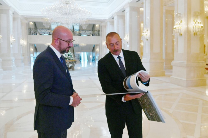 """Präsident Aliyev überreicht Charles Michel ein Buch """"Karabach vor und nach der Besatzung"""""""