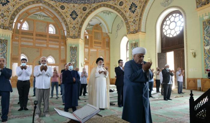 Las oraciones festivas se llevan a cabo en la mezquita Tazapir