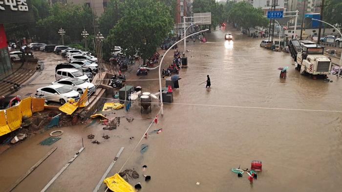 Al menos 12 muertos por las lluvias torrenciales en el centro de China que amenazan con romper una represa