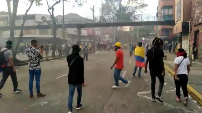 Seis policías y siete civiles heridos, balance de jornada de protestas en Cali