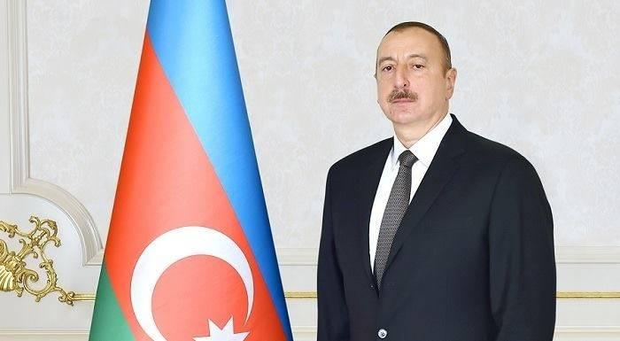 Präsident Ilham Aliyev besucht die Statue des nationalen Leaders Heydar Aliyev in Naftalan