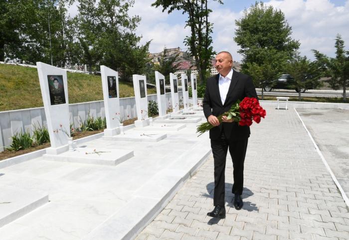 Präsident Ilham Aliyev besucht die Allee der Märtyrer in Daschkasan