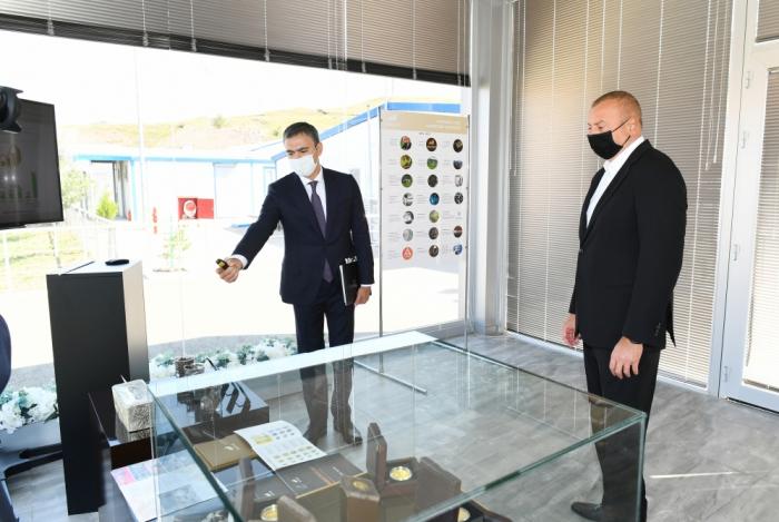 Präsident Aliyev betrachtet Aktivitäten des integrierten regionalen Verarbeitungsgebiets Tschovdar von AzerGold in Daschkasan