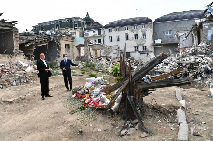 Presidente Ilham Aliyev se familiariza con los resultados de los ataques con misiles de Armenia en la ciudad de Ganja