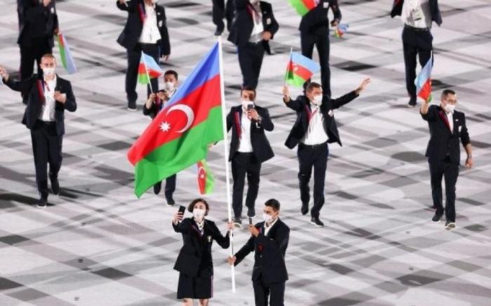 El equipo de Azerbaiyán marcha en el desfile de apertura de los Juegos Olímpicos de Tokio