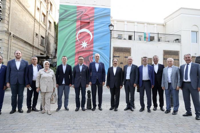 Delegation der Regierungspartei der Türkei zu Besuch in Aserbaidschan