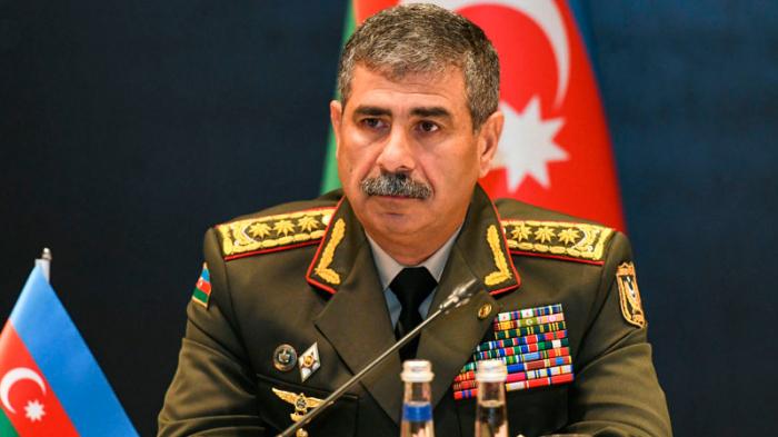 Aserbaidschanischer Verteidigungsminister spricht türkischen Beamten sein Beileid aus