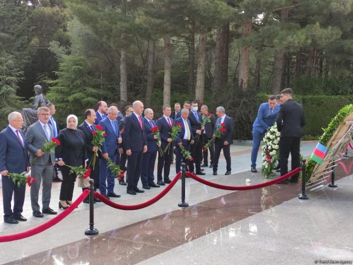 Delegation der türkischen Regierungspartei zollt dem Nationalleader Heydar Aliyev und den aserbaidschanischen Helden Respekt -  FOTO