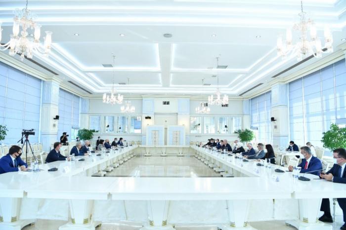 La presidenta de Milli Majlis se reunió con una delegación del Partido de la Justicia y el Desarrollo de Turquía