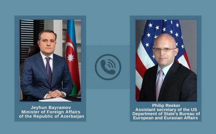 El ministro de Relaciones Exteriores de Azerbaiyán discute la tensión en la frontera con el funcionario estadounidense