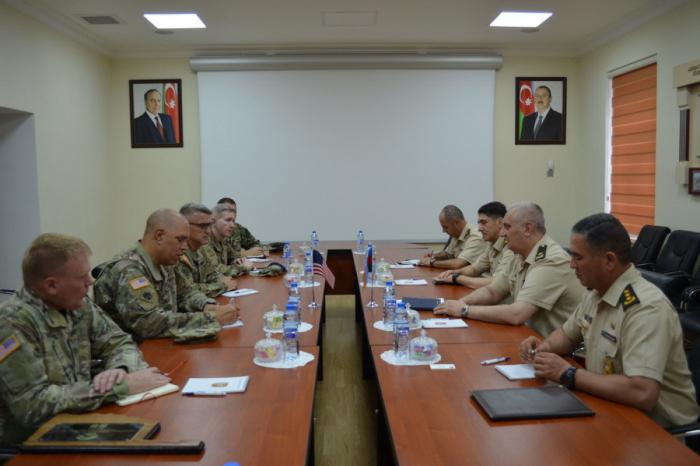 El ministro de Defensa de Azerbaiyán se reúne con el general estadounidense