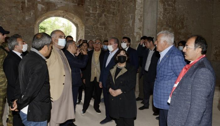 Los miembros de las delegaciones parlamentarias de Turquía y Pakistán visitan la mezquita de Yukhari Govharaga