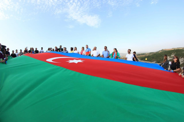 ممثلو الشتات قام برفع علم أذربيجان على جيدير دوزو في شوشا