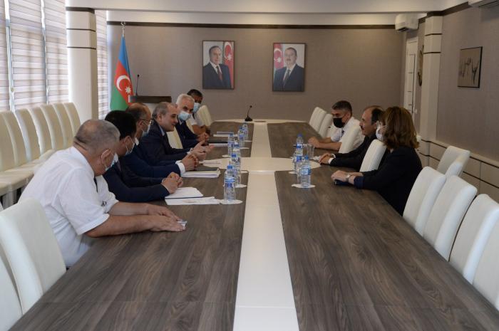 Presidente del Comité Estatal de Estadística se reúne con el embajador de Turquía en Azerbaiyán