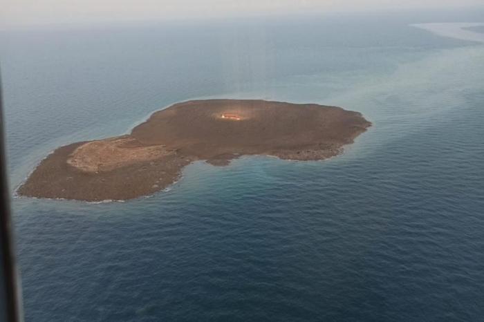 Vulkan püskürən adadan ilk görüntülər  -    VİDEO