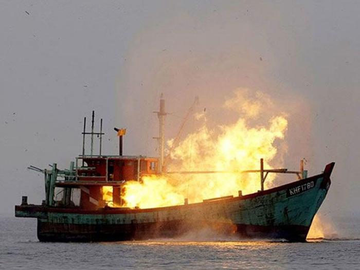 İraq gəmisi körfəzdə yandı, 9 nəfər öldü