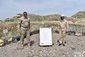 تعرف الصحفيون على عملية إزالة الألغام في أغدام - صور