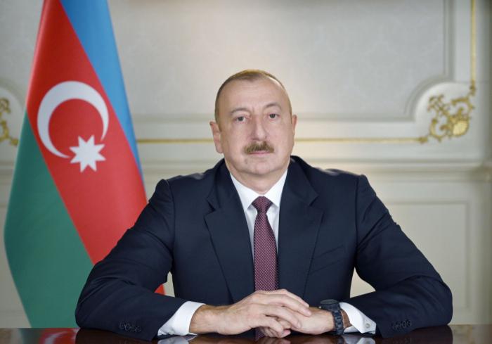 Präsident Ilham Aliyev betrachtet den Flughafen Naftalan- Stadt