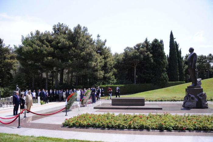 Visite des Allées d'Honneur et des Martyrs à Bakou -  PHOTO