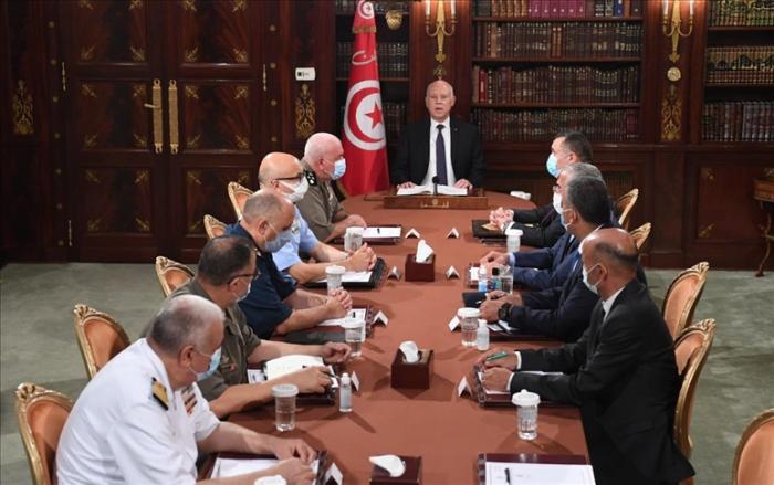 Le président tunisien prend le pouvoir exécutif et gèle le Parlement