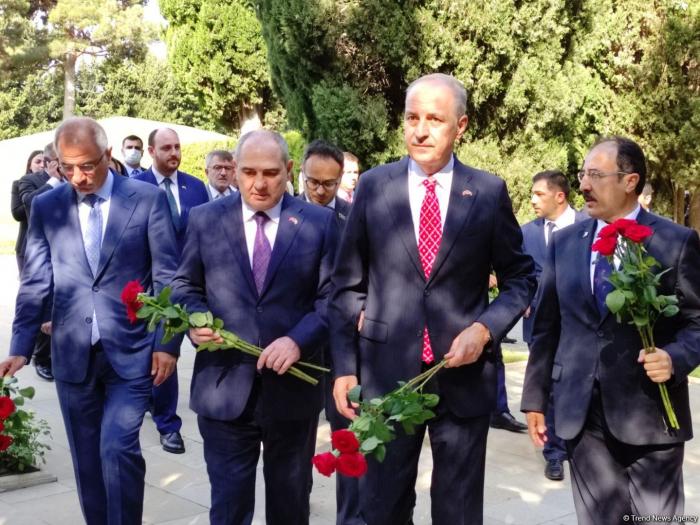 وفد حزب العدالة والتنمية يزور زقاق الشهداء والزقاق الفخري ومقبرة الشهداء الأتراك-   صور