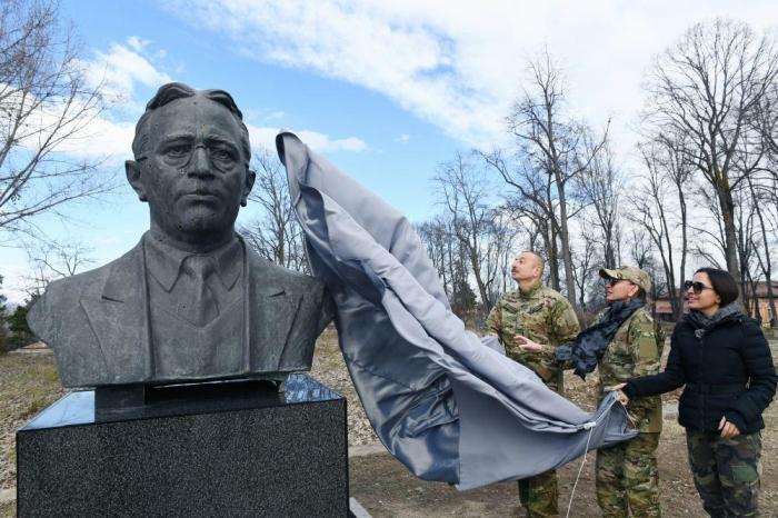 إلهام علييف والسيدة الأولى يحضران إزاحة الستار عن تمثال عزير حاجبيلي