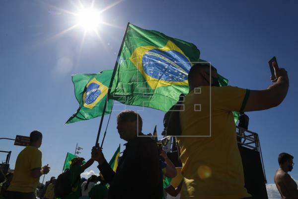 Miles de brasileños salen a la calle por voto impreso y en apoyo al presidente
