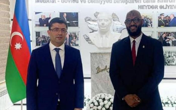 Ahmad Ismayilov se reúne con un representante de Al Jazeera