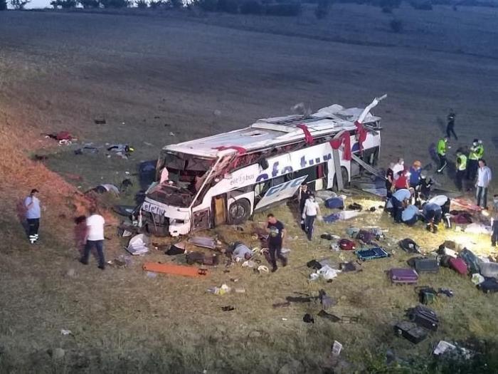 14 killed in passenger bus crash in western Turkey