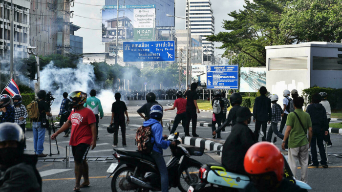 Thai police fire rubber bullets, tear gas at Bangkok protest -   NO COMMENT