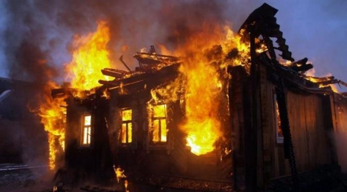 Zərdabda üçotaqlı ev yanıb
