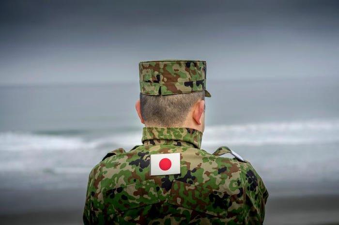 Yaponiyadan sığınacaq almaq üçün 20 kilometr üzdü