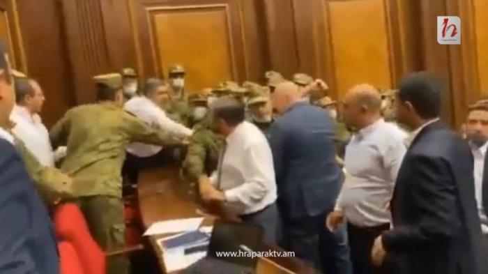 Ermənistan parlamentində dava düşdü -  VİDEO