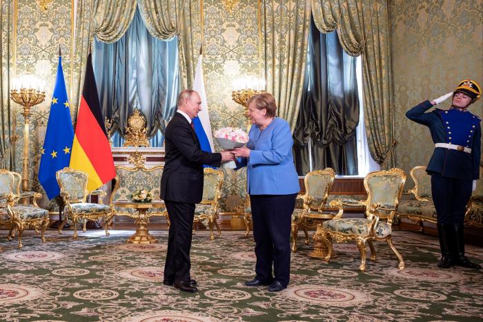 Putin Merkeli gül buketilə qarşıladı